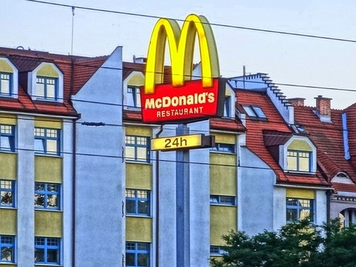 mcdonalds marketing mix The marketing strategy of mcdonald's is based on uniformity, no matter what mcdonald's you are in in the world, you will always have the most iconic items to gain an insight into how mcdonald's does this we decided to look at how marketing in the us, the home of mcdonald's, differs with that in japan, whose market is worth 15 percent.